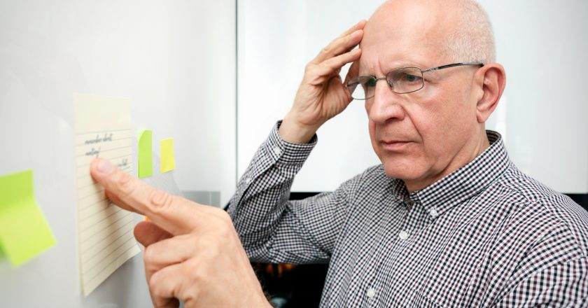 Elderly man with dementia looking at notes | Άνοια