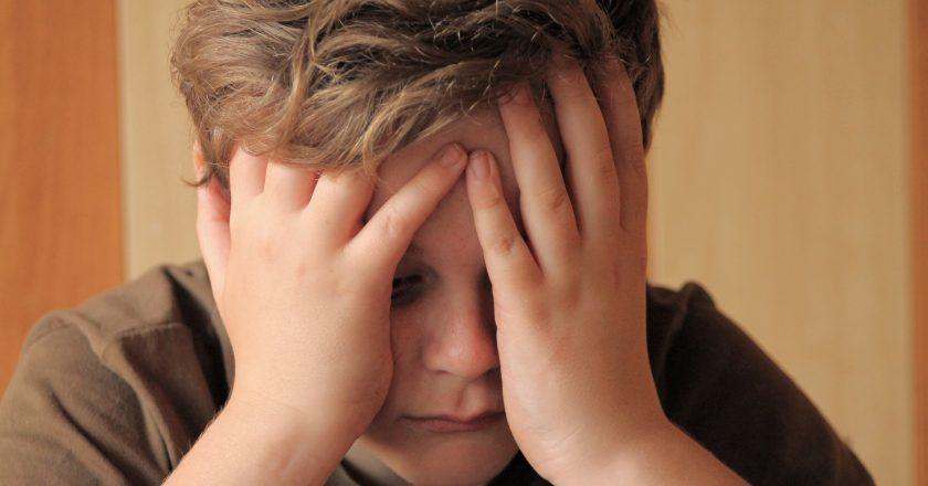 Boy with head acke feeling sad | Πονοκέφαλος στα παιδιά