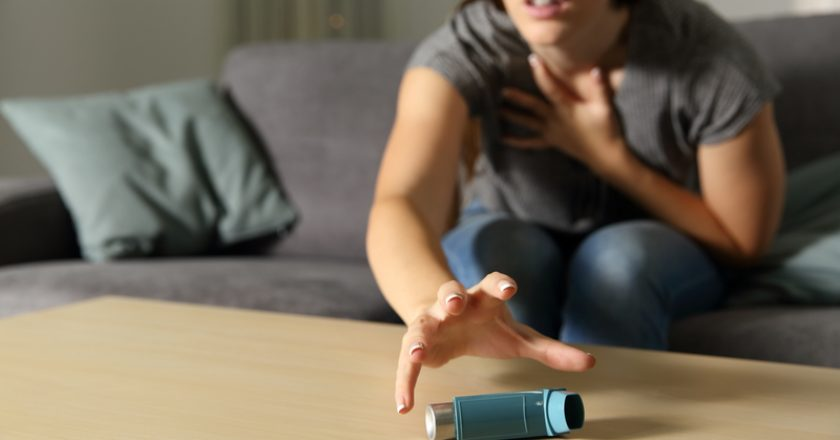 Asmathic girl catching inhaler having an asthma attack | © Antonio Guillem | Dreamstime Stock Photos