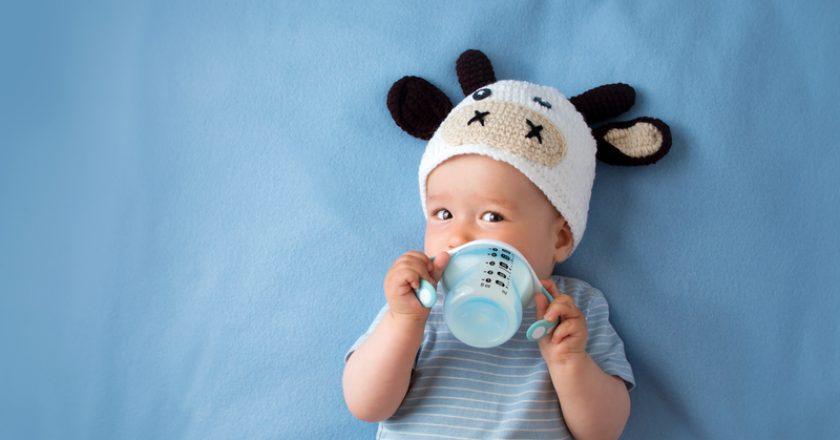 Baby in a cow hat drinking milk | © Candy1812 | Dreamstime Stock Photos