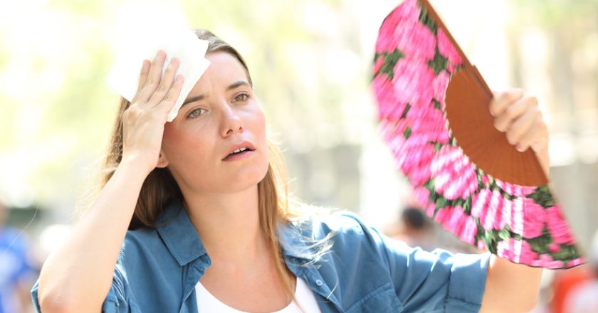 Sad woman fanning and sweating suffering a heat stroke | © Antonio Guillem | Dreamstime Stock Photos