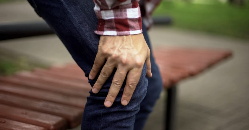 Man standing up from bench feeling sharp knee pain, osteoarthritis, injury | © motortion | Dreamstime Stock Photos