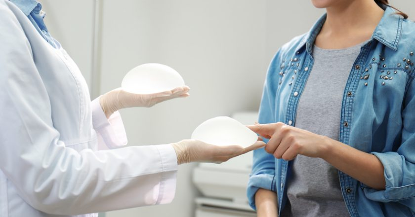 Doctor showing silicone implants for breast augmentation | © Chernetskaya | Dreamstime Stock Photos