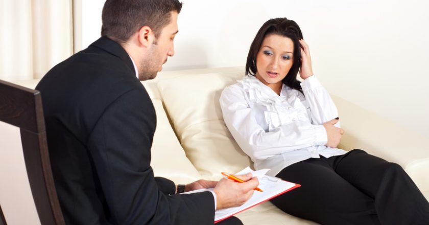 Psychologist giving prescription to woman | © Justmeyo | Dreamstime Stock Photos