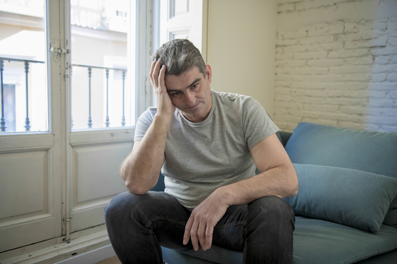 Sad and worried man with grey hair sitting at home couch looking | © Ocusfocus | Dreamstime Stock Photos