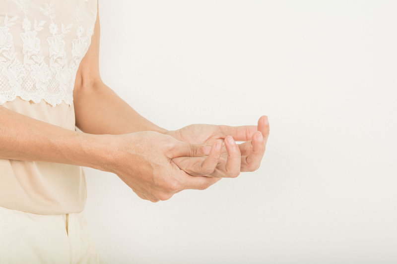Numbness in hand | © Srisakorn | Dreamstime Stock Photos
