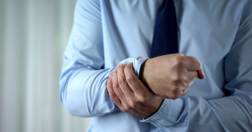 Male manager feeling wrist pain, joint inflammation, carpal tunnel syndrome | © motortion | Dreamstime Stock Photos