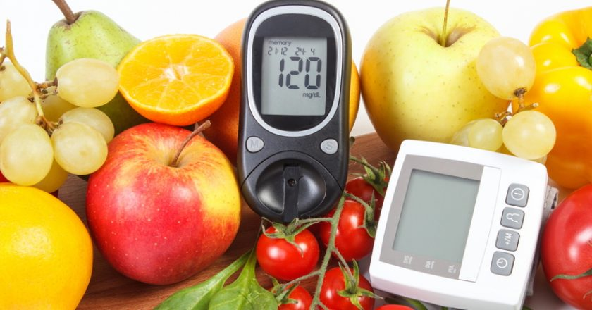 Glucometer, blood pressure monitor and fruits with vegetables, healthy lifestyle | © Ratmaner | Dreamstime Stock Photos