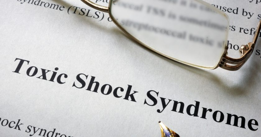 Paper with word Toxic Shock Syndrome TSS | Σύνδρομο τοξικού σοκ