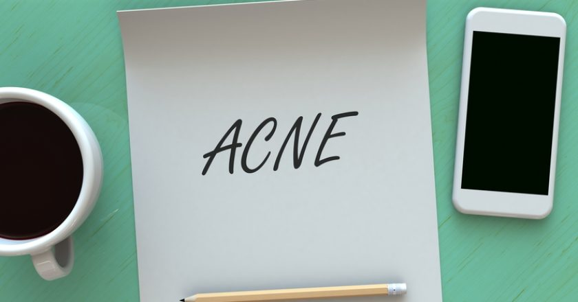 Acne, message on paper, smart phone and coffee on table | © Krung99 | Dreamstime Stock Photos
