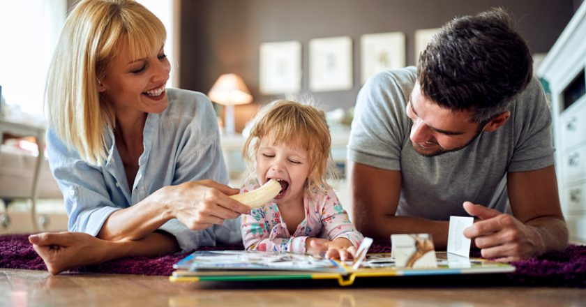 Female child with parents eating banana | © Luckybusiness | Dreamstime Stock Photos