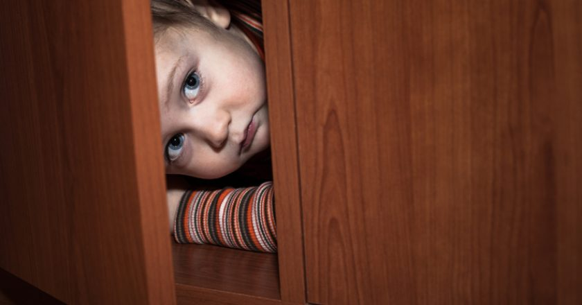 Scared child hiding | © Janmika | Dreamstime Stock Photos