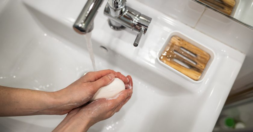 A woman washes her hands with soap | © Korotkoffoto | Dreamstime Stock Photos
