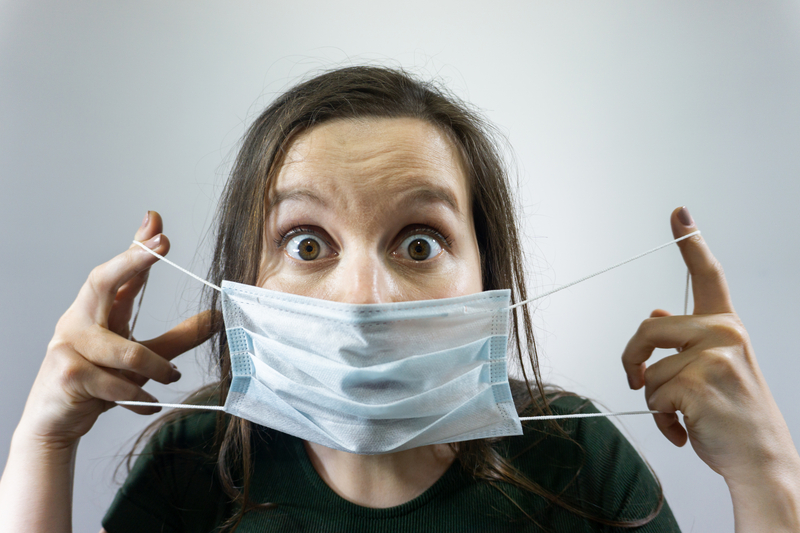 Woman wearing protective mask in airport, Coronavirus contagion fears concept | © Viktoria33 | Dreamstime Stock Photos