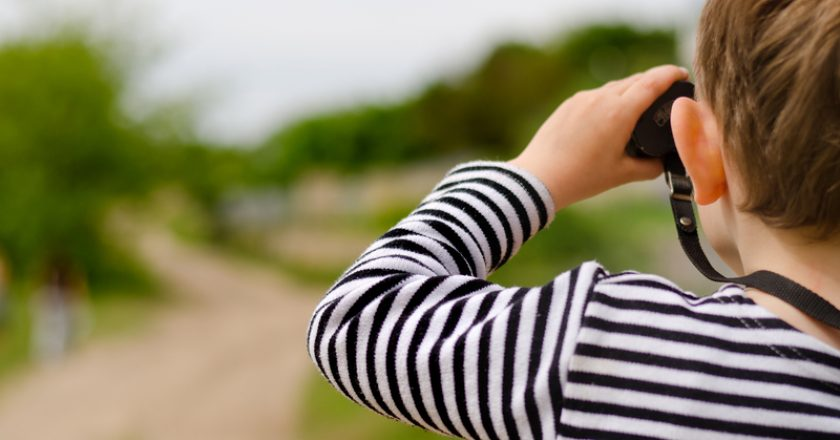 Little boy scanning the woods with binoculars | © Ampack | Dreamstime Stock Photos